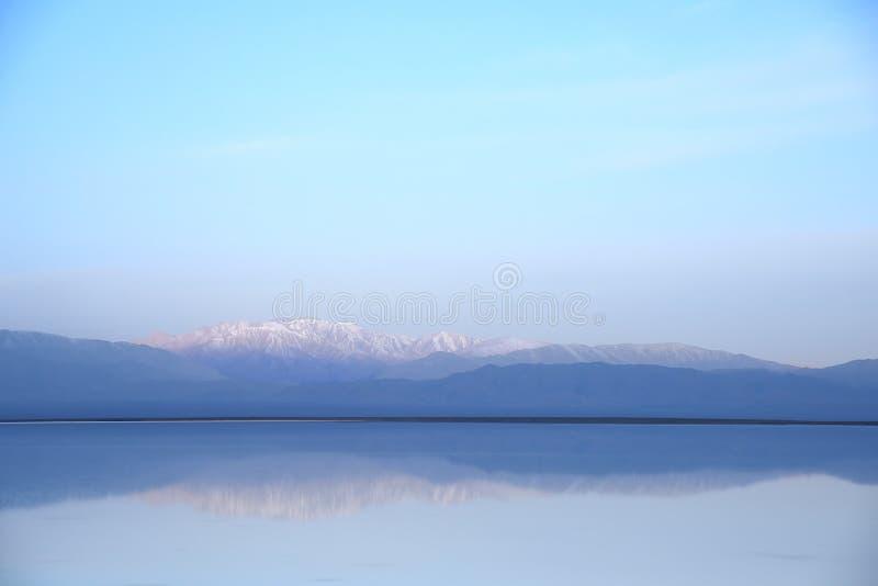 Tyst sjö i morgonen royaltyfria bilder