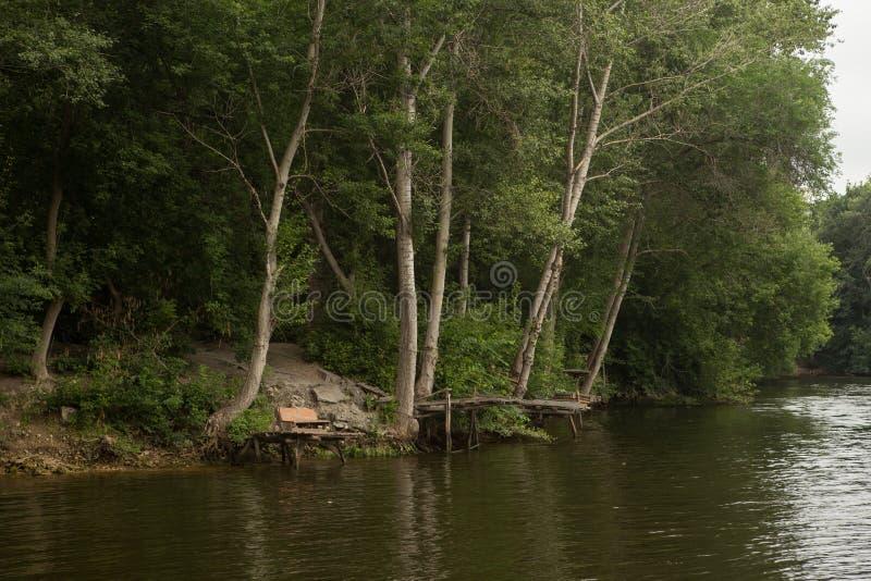 Tyst ställe för tyst flodliten vik för att fiska royaltyfri foto