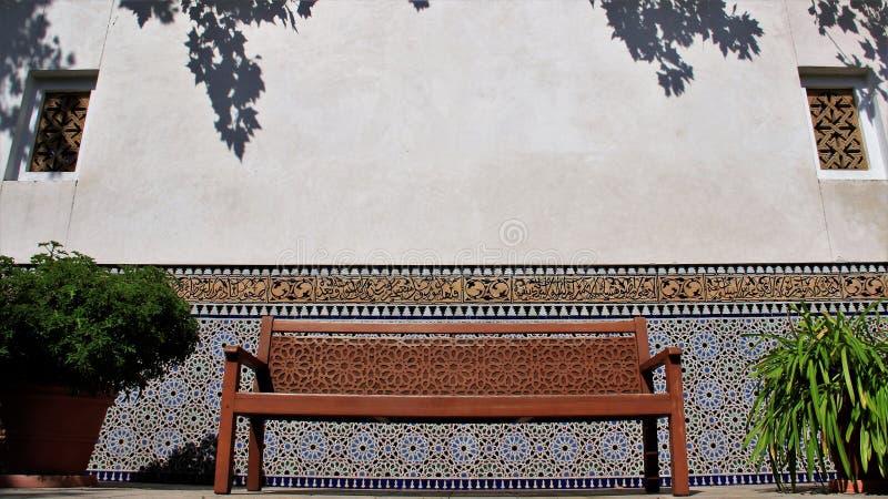 Tyst ställe som är färgrikt av Orient hemträdgård med den mång- färgtegelplattaväggen arkivfoton