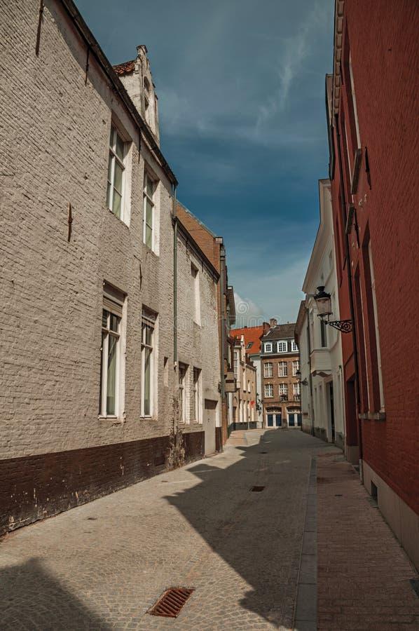 Tyst tom gata med tegelstenbyggnader på Bruges fotografering för bildbyråer