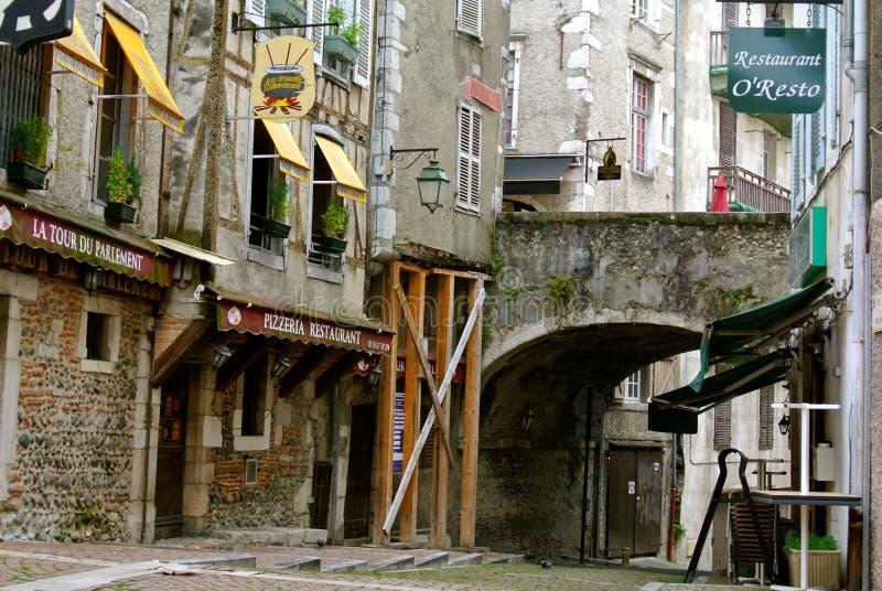 Tysta gator i den gamla mitten av Pau, Frankrike fotografering för bildbyråer