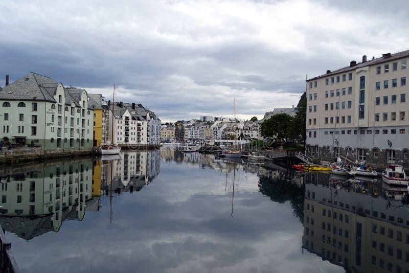 Tysta morgonreflexioner, Alesund, Norge fotografering för bildbyråer