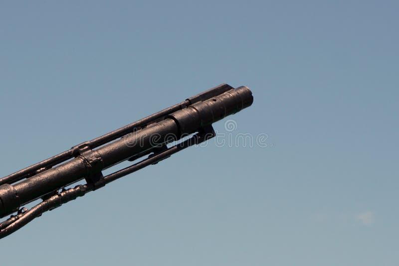 Tysta ned trumman av artillerivapnet för det sjö- skeppet på en bakgrund för blå himmel kopiera utrymme, den selektiva fokusen, s arkivfoton