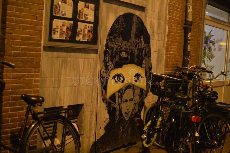 Tystade flickagrafitti Amsterdam royaltyfria foton
