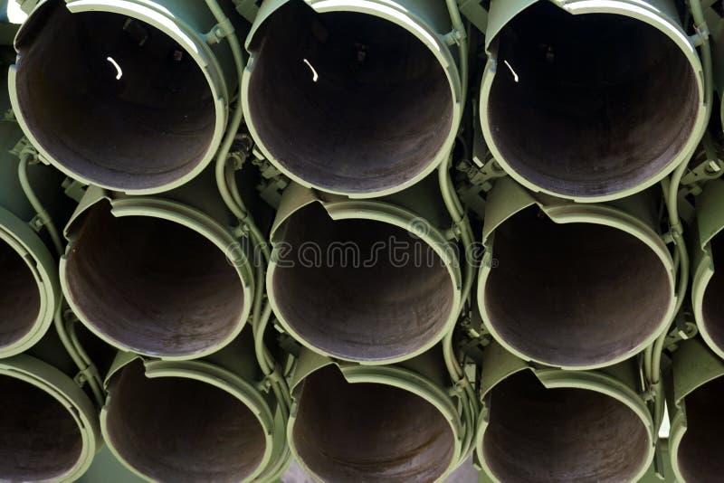 Tystar ned trummor av det militära behållareartillerivapnet kopiera utrymme, den selektiva fokusen, smalt djup av fältet royaltyfri foto