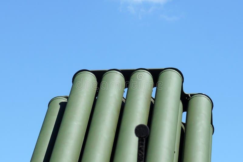 Tystar ned trummor av det militära behållareartillerivapnet på en bakgrund för blå himmel kopiera utrymme, den selektiva fokusen, arkivfoton