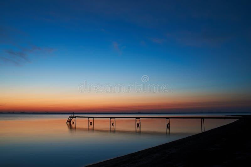Tystnad efter solnedgång på den Vadum stranden i Salling, Danmark arkivfoton