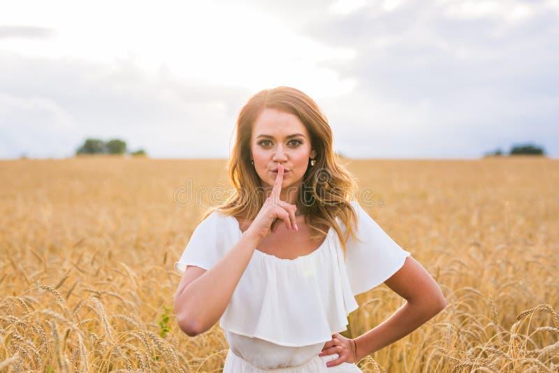 Tystnad-, hemlighet- och förtroendebegrepp Kvinnahand med tystnadteckensymbol på naturen arkivbild