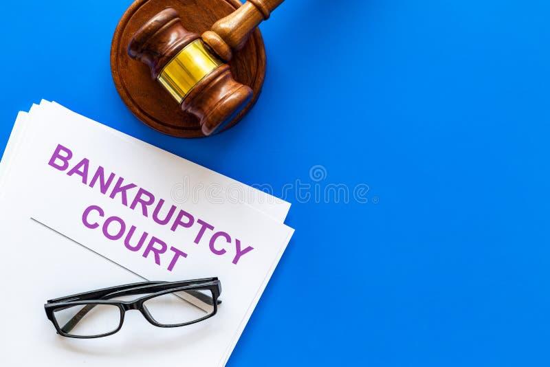 Tytuł dokumenty upadłościowego sądu sędziego pobliski młoteczek na błękitnej tło odgórnego widoku kopii przestrzeni zdjęcie royalty free