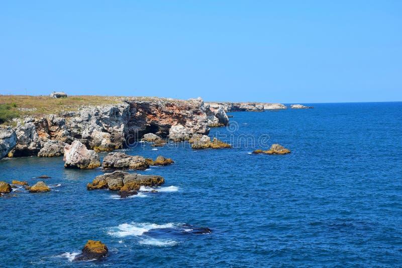 Tyulenovo Cliffs Top Visitado Place in Bulgaria Coastline Rocks in Sea imagem de stock
