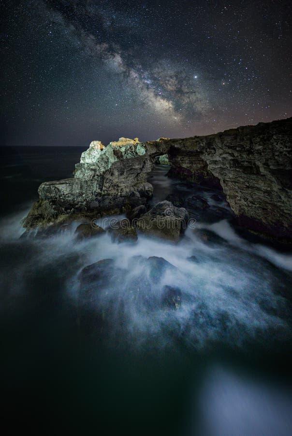 Tyulenovo Vintergatan för bulgarBlack Sea kust över havet arkivfoton