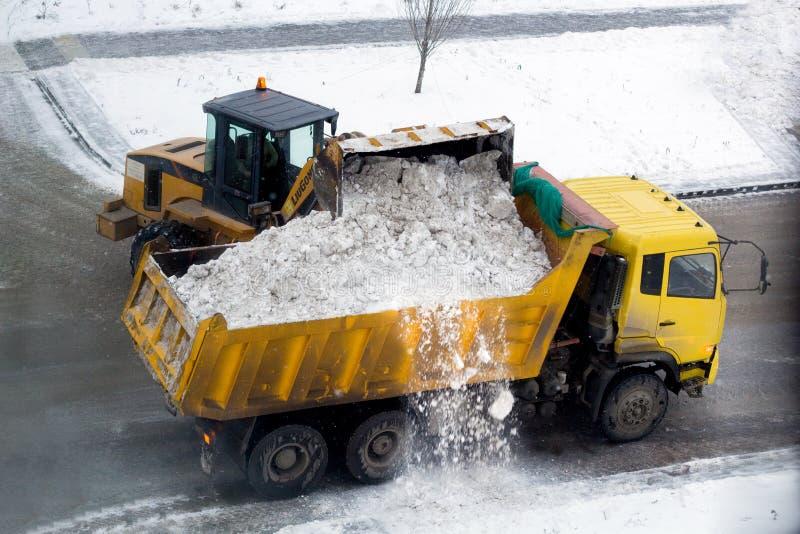 Tyumen, Россия - 21/11/2018: расчистка снега стоковое фото rf