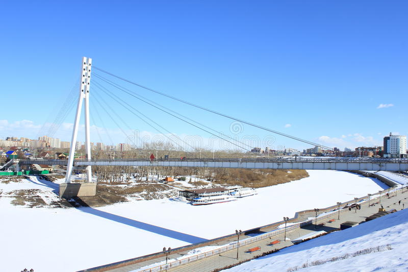 Tyumen Le pont des amants à travers Tura River Secteur central de Tyumen image libre de droits
