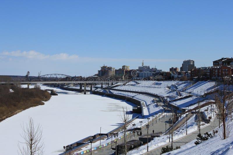 Tyumen A ponte de Chelyuskintzev sobre a terraplenagem de Tura River e do rio fotos de stock