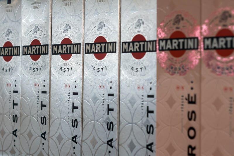 Tyumen, Rússia - 20 de fevereiro de 2019: Os produtos de Martini, vermute italiano famoso são o Martini do mundo no contador imagens de stock