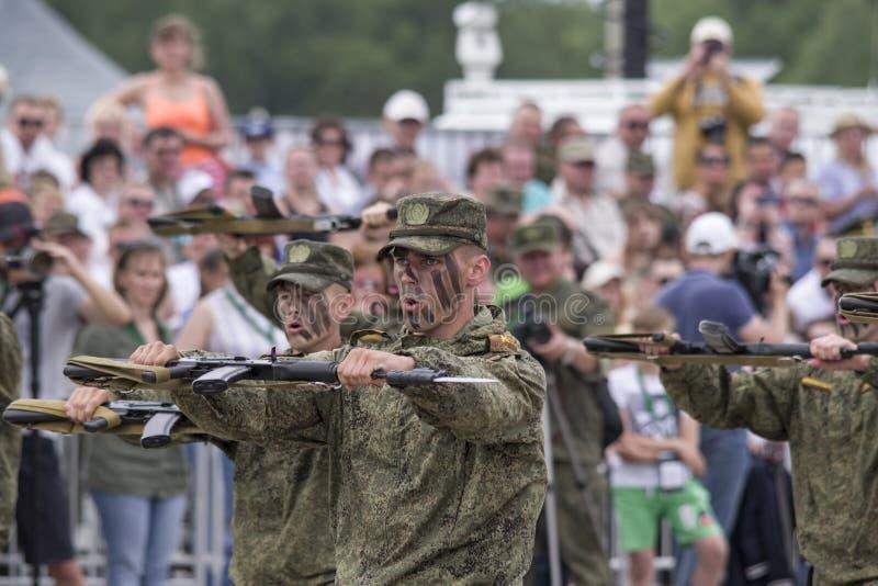 Tyumen, Rússia 30 de junho de 2019: Jogos do exército do todo-russo Competição 'rota segura ', soldados do russo, demonstrações fotografia de stock royalty free