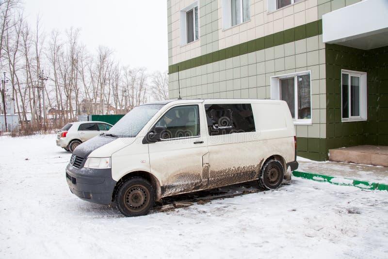 Tyumen, Rússia - 6 de novembro 2016: Minibus sujo sobre o hotel foto de stock royalty free