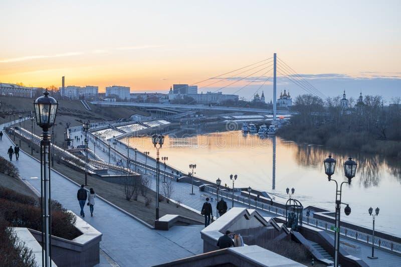Tyumen, Rosja, na Kwietniu 19, 2019: Bulwar w Tyumen w wiecz?r zdjęcia stock