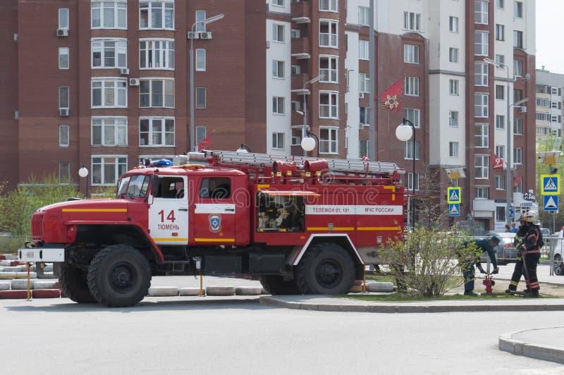 Tyumen, Rosja, na Maju 8, 2019: Samoch?d stra?acki Wodny nab?r od systemu wodnego fotografia royalty free