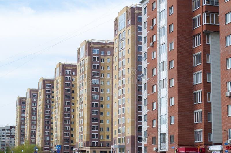 Tyumen, Rosja, na Maju 8, 2019: Zamieszkany ceglany wysoki domu stojak z rzędu zdjęcia stock