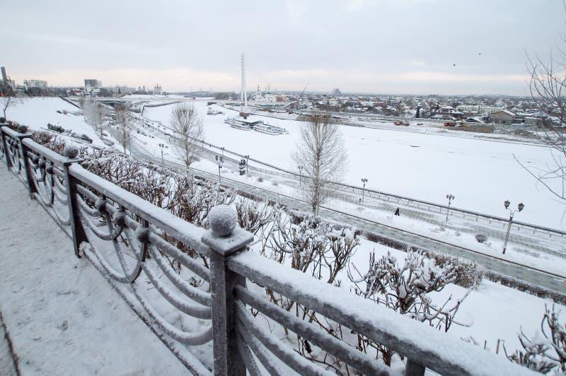 Tyumen, Rosja, 9 stycznia 2020 r.: Piękny widok śnieżnego nasypu zdjęcie royalty free