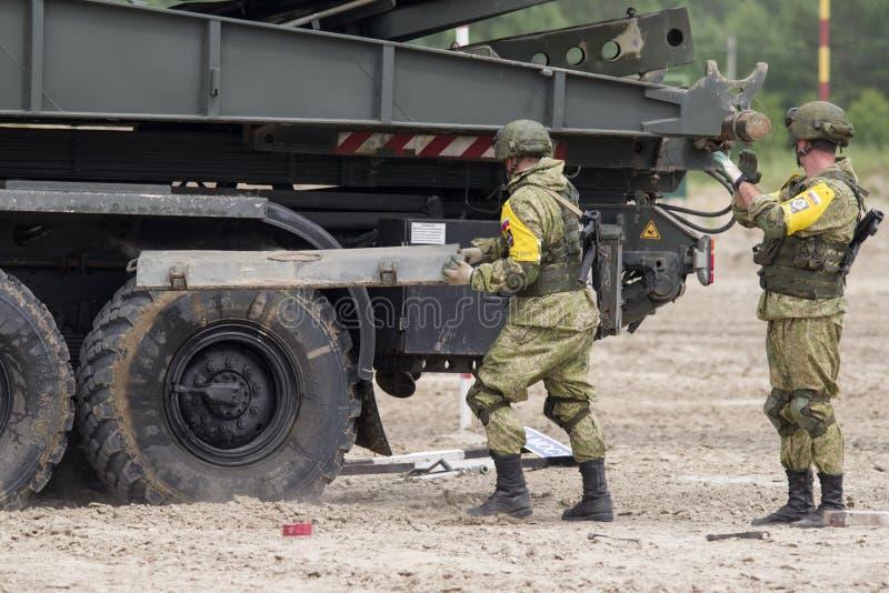 Tyumen, Rusia 30 de junio de 2019: Juegos del ejército La competencia 'ruta segura ', los soldados rusos, hace un puente mecaniza foto de archivo