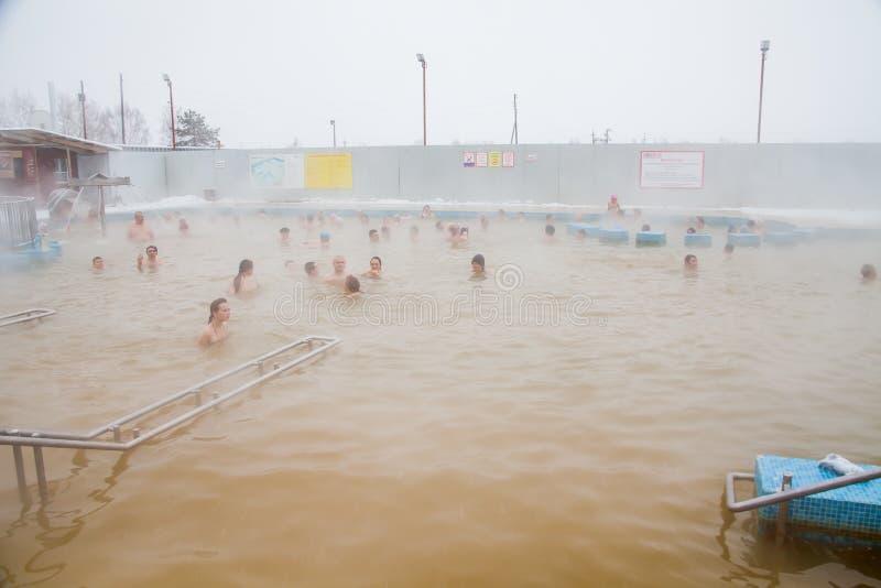 Tyumen, Rusia - 5 de noviembre 2016: Gente en piscina con el wate caliente imagen de archivo