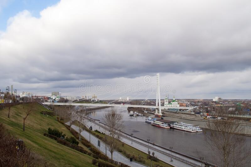Tyumen, Rusia, el 30 de octubre de 2019: Vista del terraplén del río Tura en Tyumen foto de archivo libre de regalías