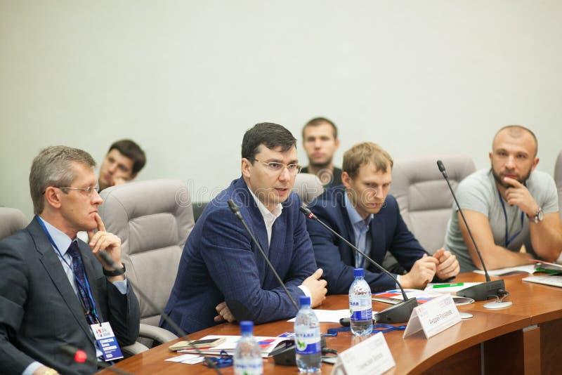 Tyumen, Rusia, 09 07 2016 Foro de tecnologías innovadoras Científicos, políticos y hombres de negocios de la comunicación fotos de archivo libres de regalías