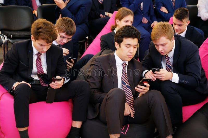 Tyumen, Rusia, 10 11 2018 Foro de tecnolog?as innovadoras Cient?ficos, pol?ticos y hombres de negocios de la comunicaci?n Alumnos foto de archivo