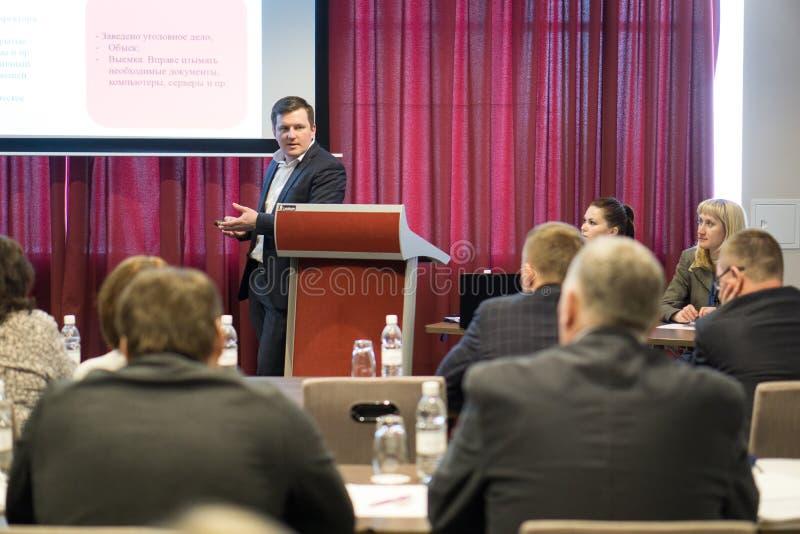 Tyumen, Rusia, 02 21 2017 Un hombre hace un informe en una conferencia delante de una audiencia fotos de archivo