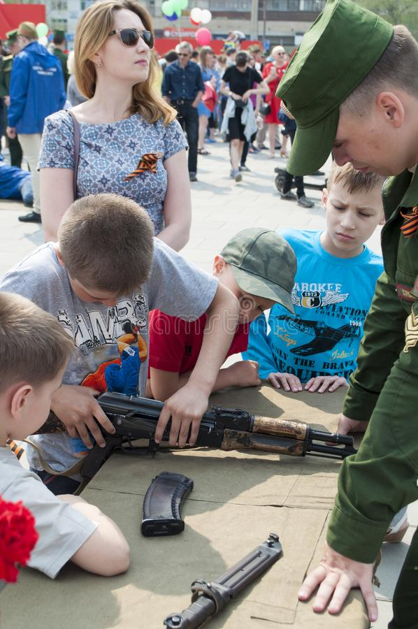 Tyumen, Rusland, op 9 Mei, 2019: De Russische kinderen zijn geinteresseerd in types van vuurwapens royalty-vrije stock foto