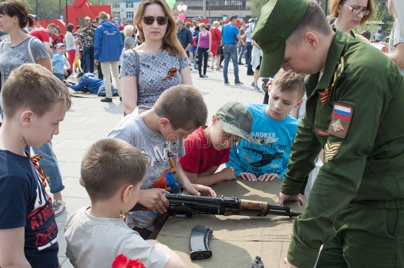 Tyumen, Rusland, op 9 Mei, 2019: De Russische kinderen zijn geinteresseerd in types van vuurwapens stock afbeeldingen