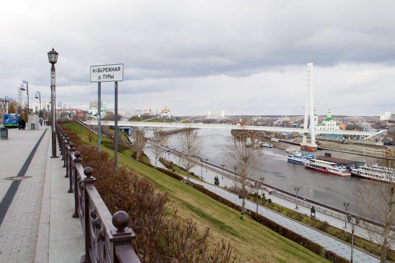 Tyumen, Rusland, op 30 oktober 2019: Een visie op de Tura River Embankment in Tyumen royalty-vrije stock foto's
