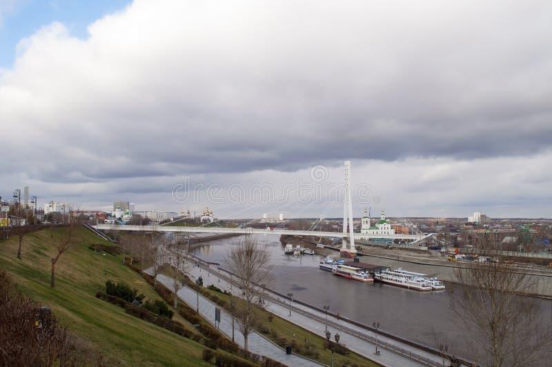 Tyumen, Rusland, op 30 oktober 2019: Een visie op de Tura River Embankment in Tyumen royalty-vrije stock foto