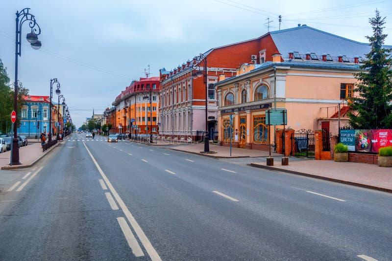 TYUMEN, RUSLAND - SEPTEMBER 9, 2016: Centrale straat van Tyumen, Rusland stock foto's