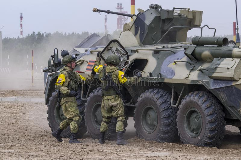 Tyumen, Russland 30. Juni 2019: Armee-Spiele Wettbewerb 'sicherer Weg ', BTR-82A mit 30 Millimeter-Gewehr 2A72 im Modul bppu aus  lizenzfreies stockfoto