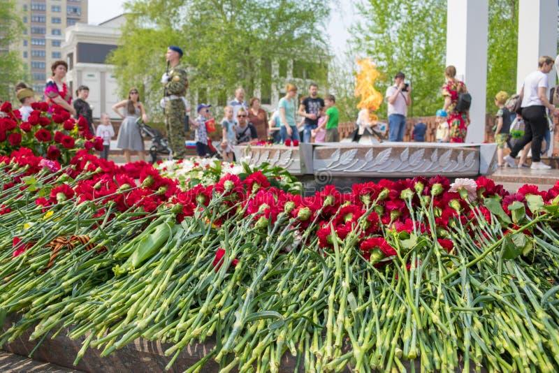 TYUMEN, RUSSLAND - 9. MAI 2019: Sorgen machende Mutter des Monuments und junger Krieger Ewige Flamme stockbilder