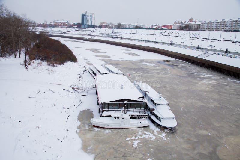 Download Tyumen, Russland - 5. November 2016: Gehende Boote Auf Kai Von Redaktionelles Stockbild - Bild von schnee, nave: 90226869
