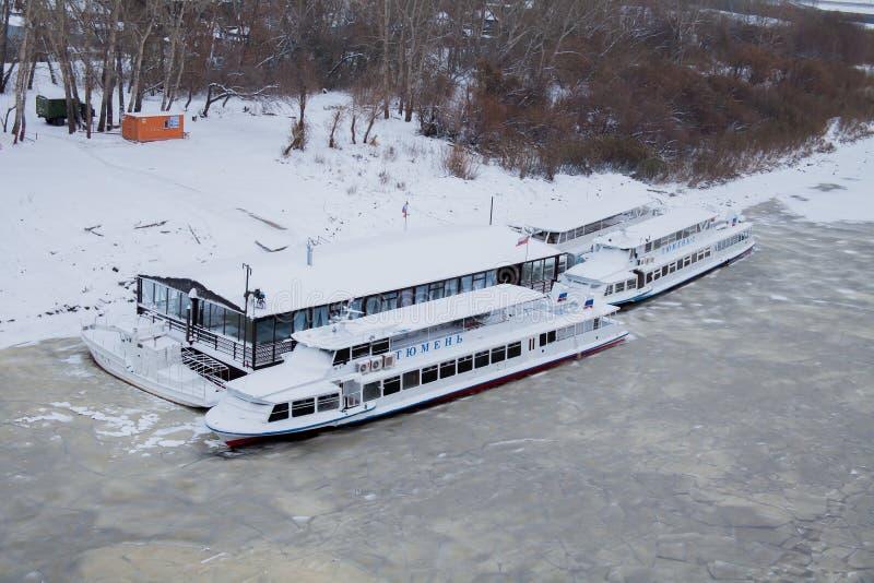 Download Tyumen, Russland - 5. November 2016: Gehende Boote Auf Kai Von Redaktionelles Stockbild - Bild von zweige, dämmerung: 90227044