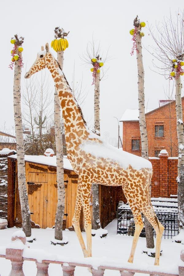 Download Tyumen, Russland - 6. November 2016: Landschaft Mit Einer Skulptur Von Redaktionelles Stockbild - Bild von dekor, gebäude: 90225194