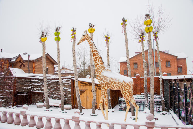 Download Tyumen, Russland - 6. November 2016: Landschaft Mit Einer Skulptur Von Redaktionelles Stockbild - Bild von häuschen, gebäude: 90225304