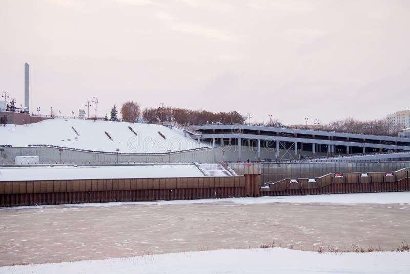 Download Tyumen, Russland - 5. November 2016: Winterabendlandschaft Redaktionelles Stockfotografie - Bild von parken, himmel: 90227417