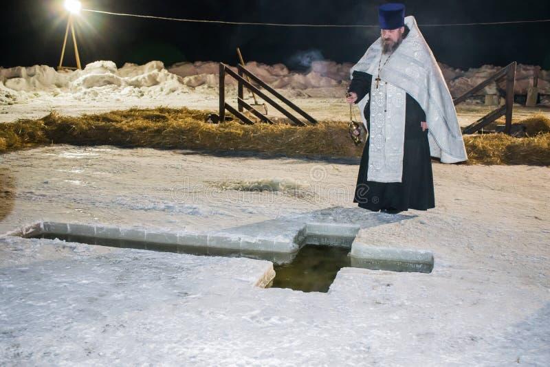 TYUMEN, RUSSLAND, See TARASKUL, im Januar 2017 Wasser der Weihe am frühen Morgen, im orthodoxen christlichen fea lizenzfreie stockfotografie