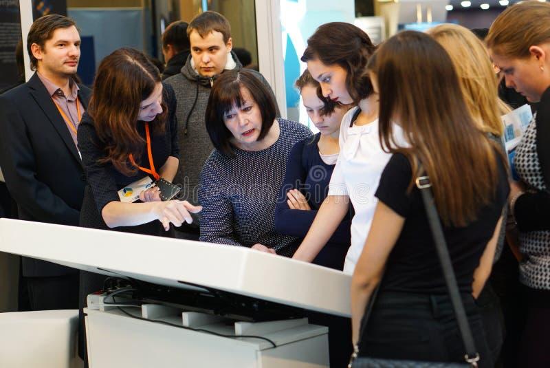 Tyumen Ryssland, 09 07 2016 Forum av innovativa teknologier Kommunikationsforskare, politiker och aff?rsm?n royaltyfria foton