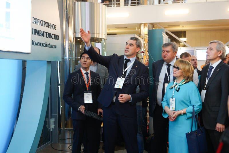 Tyumen Ryssland, 09 07 2016 Forum av innovativa teknologier Kommunikationsforskare, politiker och aff?rsm?n fotografering för bildbyråer