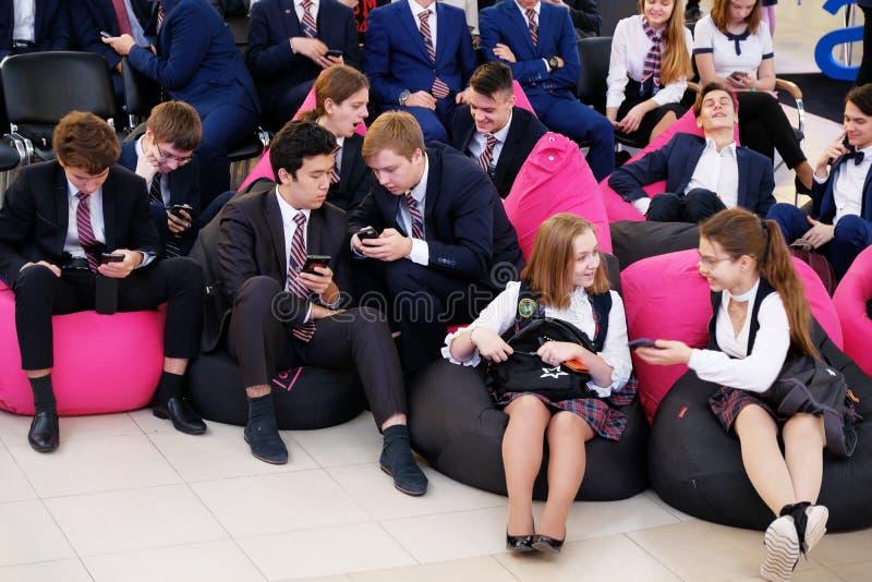 Tyumen Ryssland, 10 11 2018 Forum av innovativa teknologier Kommunikationsforskare, politiker och aff?rsm?n Elever och royaltyfri fotografi