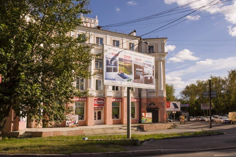 Tyumen, Siberia Rusia 1 de agosto de 2017 Calles de la ciudad con las altas casas y porción de coches en verano traveling fotos de archivo