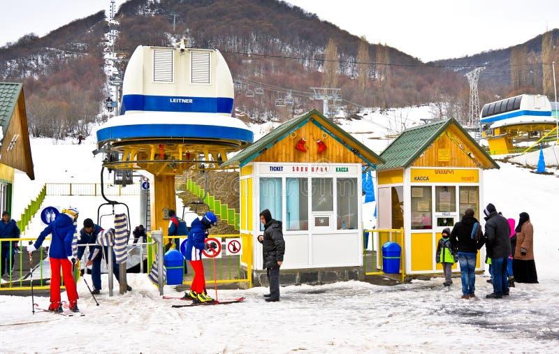 TZAHKADZOR ARMENIA, STYCZEŃ, - 3, 2014: Turyści przy ośrodkiem narciarskim Tzahkadzor obraz stock
