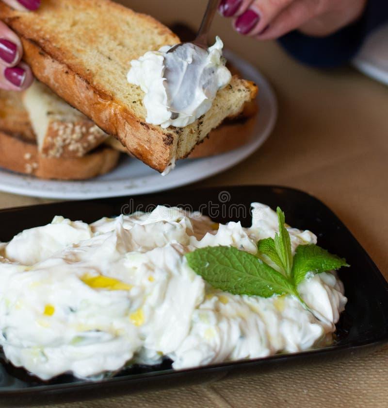 Tzatziki, cacik of tarator, onderdompeling of saus van Zuidoosteneuropa en Midden-Oosten van gezouten gespannen die yoghurt wordt royalty-vrije stock afbeeldingen